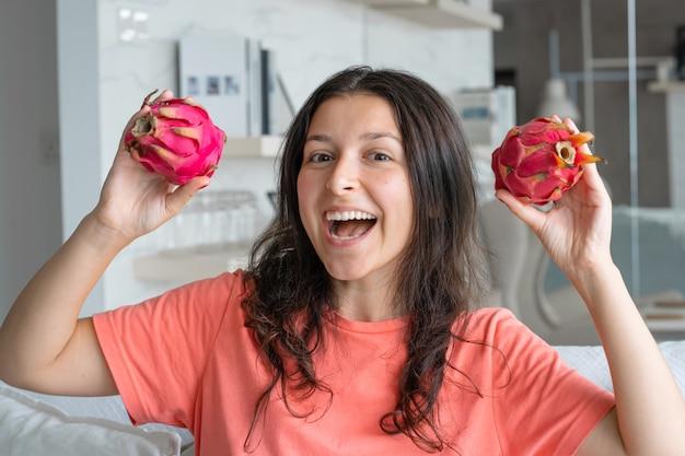 Meisje en drakenfruit. blij meisje dat van tropische vruchten geniet.