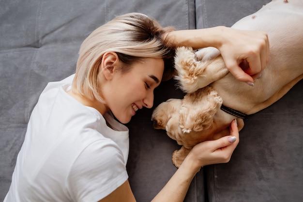 Meisje en een hond slapen samen op een bed