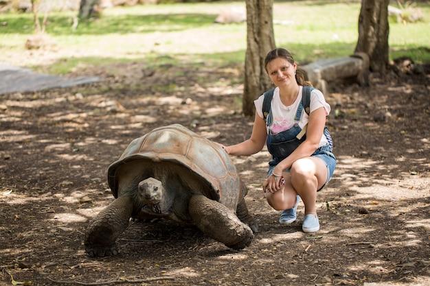 Meisje en gigantische aldabra-schildpad