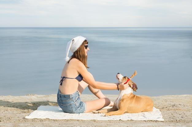 Meisje en haar huisdier hond kerstvakantie doorbrengen aan zee