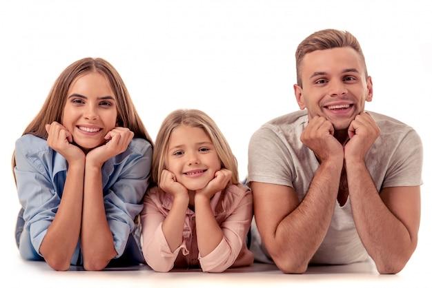Meisje en haar mooie ouders die op hun handen leunen.