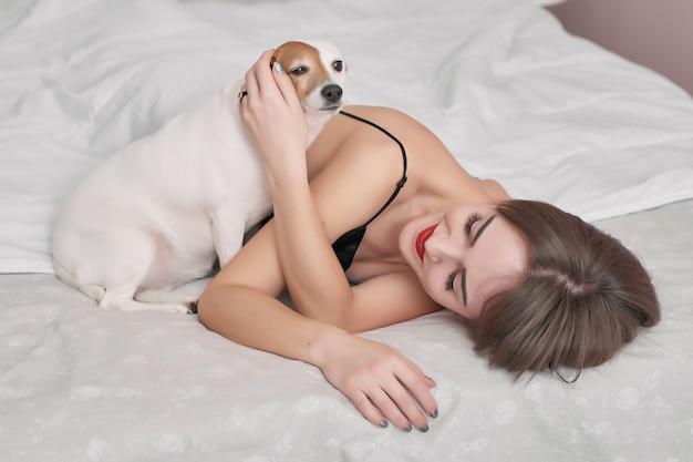Meisje en hond in bed.