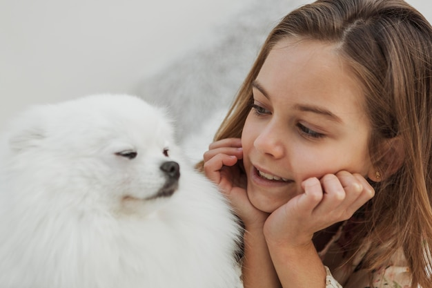 Meisje en hond kijken elkaar aan
