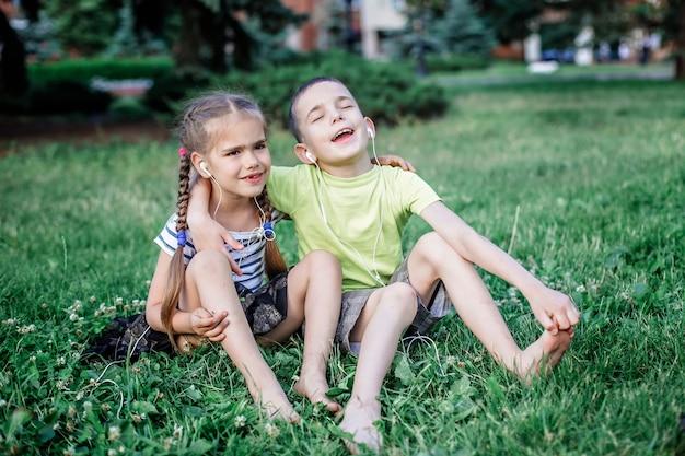 Meisje en jongen die hoofdtelefoons delen om samen muziek te luisteren