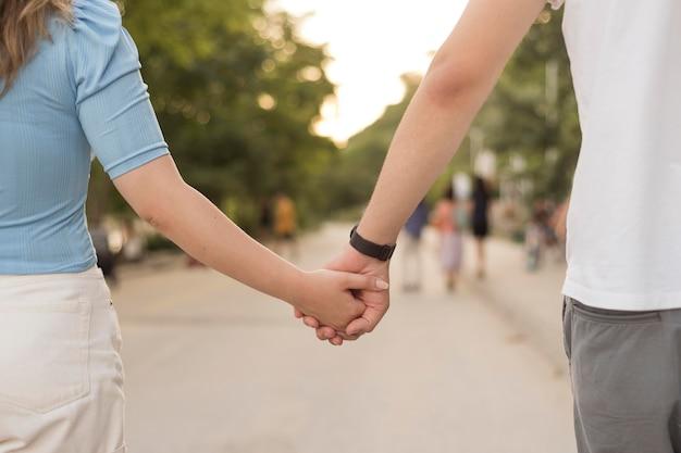 Meisje en jongen hand in hand close-up