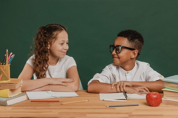 Meisje en jongen kijken elkaar aan