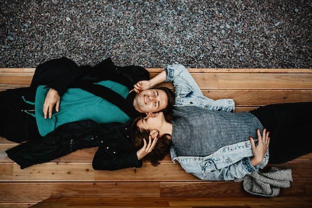 Meisje en jongen liegen omgekeerd tegen elkaar en voelen zich gelukkig