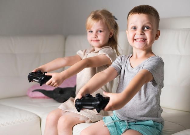 Meisje en jongen spelen met hun controllers
