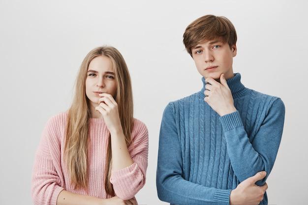 Meisje en jongen staan samen, denken, keuze maken