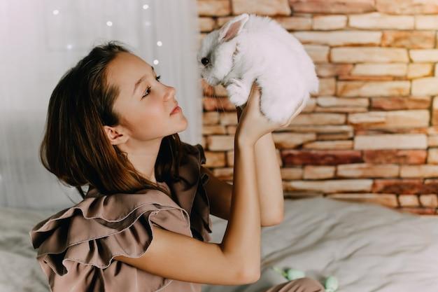Meisje en konijnen. pasen symbolen, huisdieren konijntjes. hoge kwaliteit foto