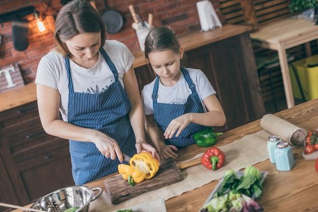 Meisje en moeder scherpe peper