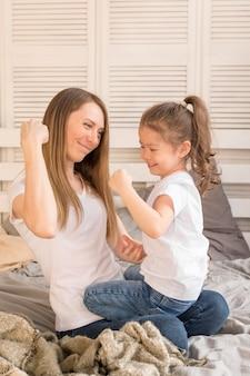 Meisje en moeder spelen