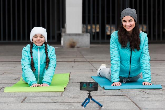 Meisje en moeder training op mat