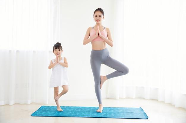 Meisje en moedersport thuis