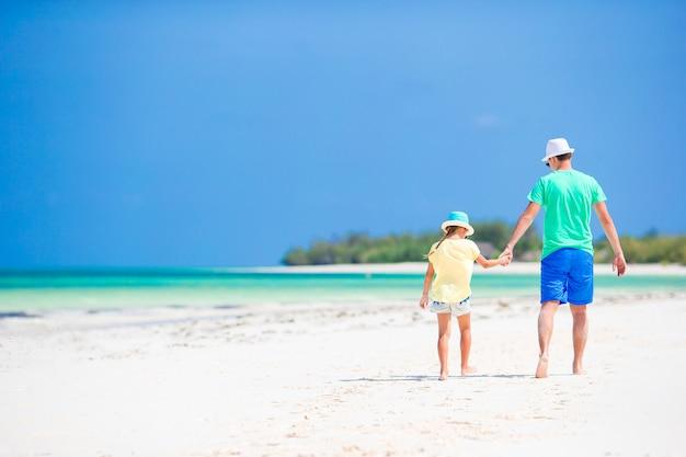 Meisje en papa tijdens tropische strandvakantie