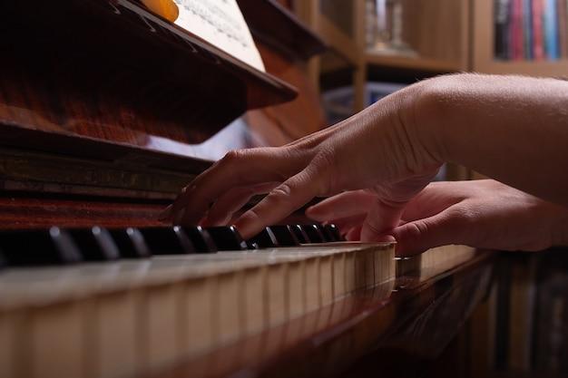 Meisje en piano thuis selectieve focus