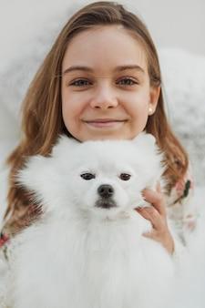 Meisje en pluizig hond vooraanzicht