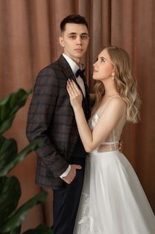 Meisje en vriend in trouwjurken kijken elkaar aan