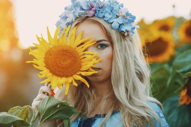 Meisje en zonnebloemen