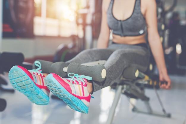 Meisje fitness in de sportschool spelen