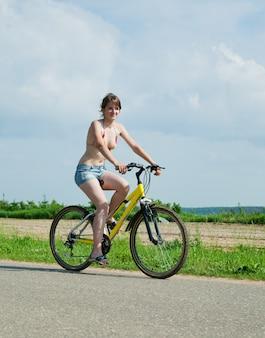 Meisje gaat op de fiets