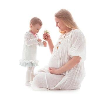 Meisje geeft sneeuwklokjes aan zwangere moeder, geïsoleerd op wit