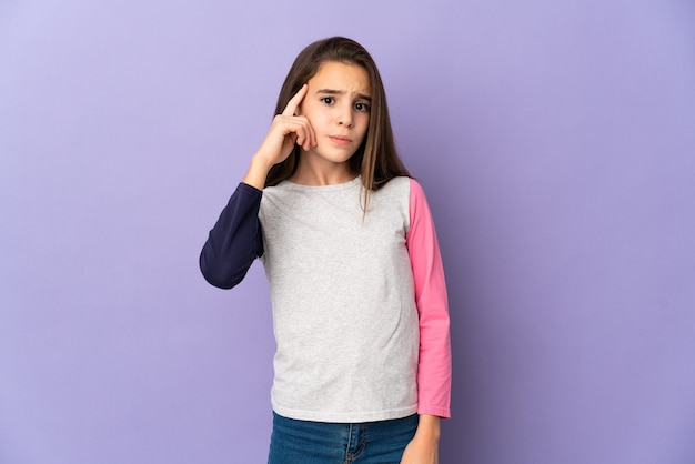 Meisje geïsoleerd op paarse achtergrond denken een idee