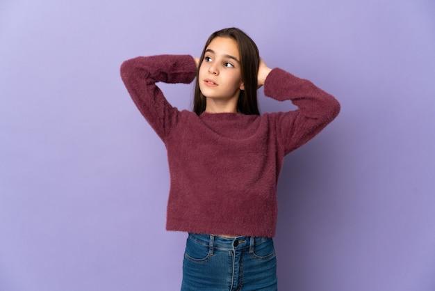 Meisje geïsoleerd op paarse achtergrond gefrustreerd en oren behandelen