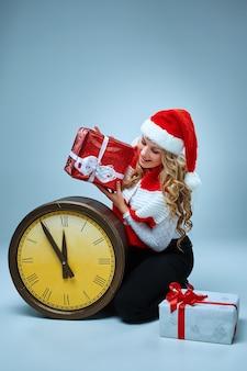 Meisje gekleed in een kerstmuts met een kerstversiering