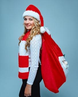 Meisje gekleed in kerstmuts met een kerstversiering