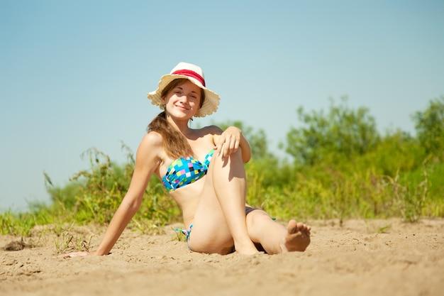 Meisje genieten van de zandbak