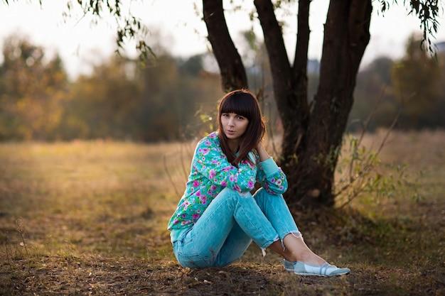Meisje geplukt gras