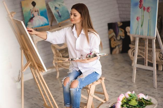 Meisje gericht op kunst canvas tijdens het schilderen