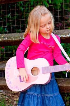 Meisje gitaarspelen, close-up