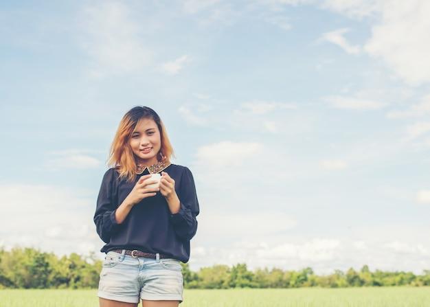 Meisje glimlachend in de greenfield