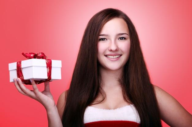 Meisje glimlachend met een kerstcadeau