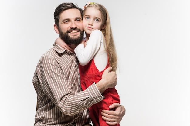 Meisje haar vader knuffelen op een witte achtergrond