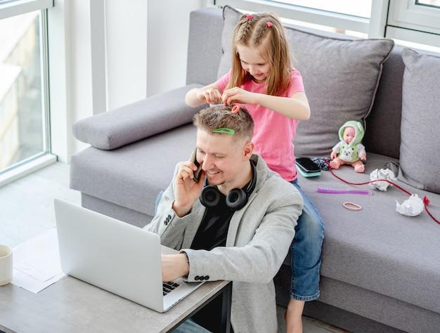 Meisje hairstylying man thuis werken