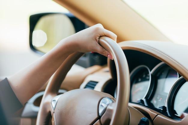 Meisje hand op auto roer