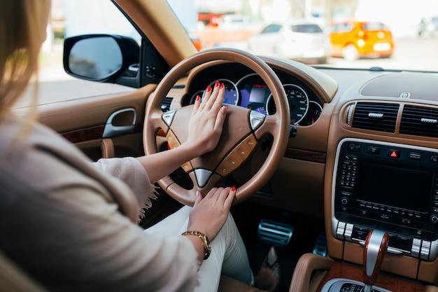 Meisje handaandrijving auto en signaal