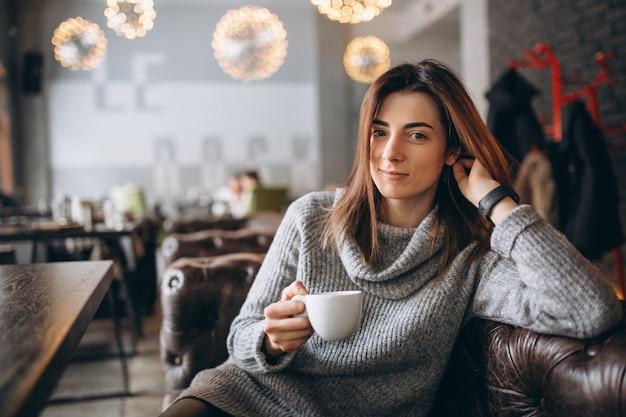 Meisje het drinken koffie in een koffie in de winter