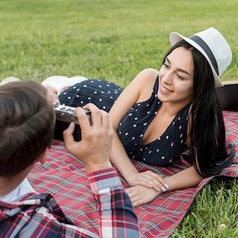 Meisje het stellen op een picknickdeken