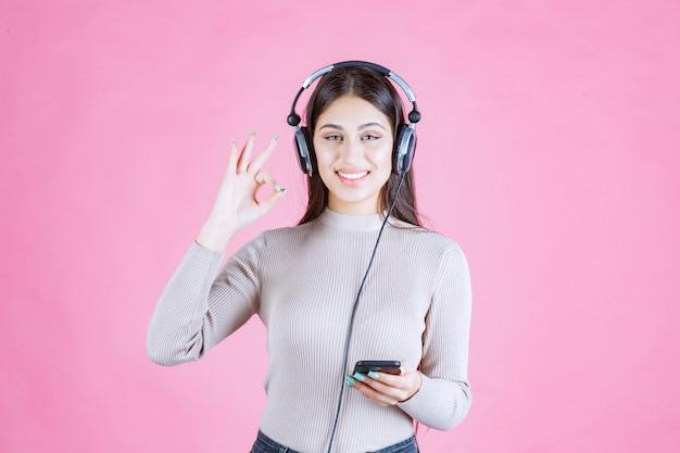 Meisje hoofdtelefoon dragen en genieten van de muziek