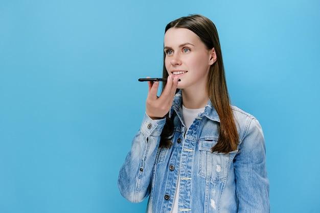 Meisje houd telefoon spreken activeer virtuele digitale stem