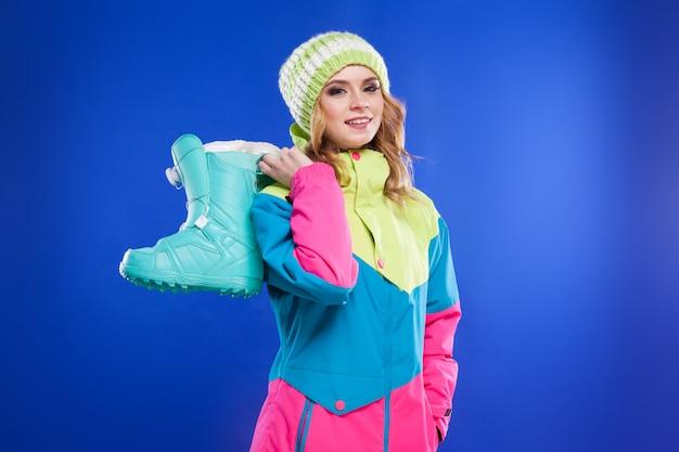 Meisje houdt blauwe sneeuw laarzen