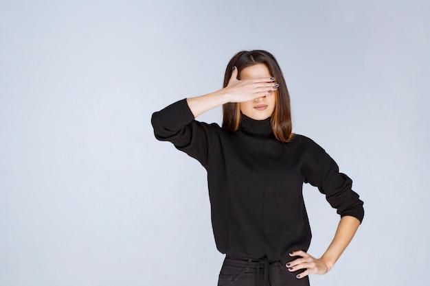 Meisje houdt haar hoofd vast als ze moe is of hoofdpijn heeft. hoge kwaliteit foto