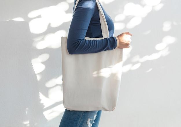 Meisje houdt tas canvas stof