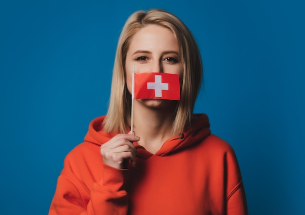 Meisje houdt vlag van zwitserland