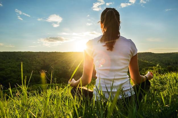 Meisje houdt zich bezig met meditatie over de natuur