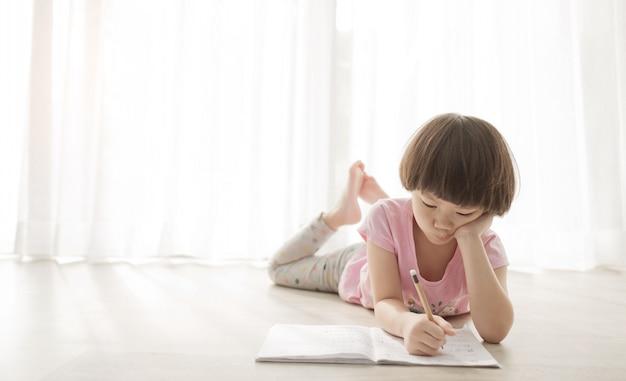Meisje huiswerk, kind schrijfpapier, onderwijs concept, terug naar school